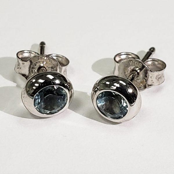 14k-white-gold-blue-topaz-4mm-earings